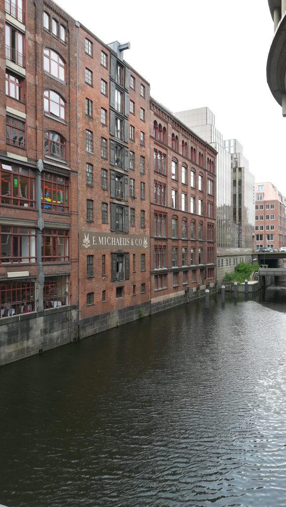 bâtiment en briques rouges dans le port de hambourg